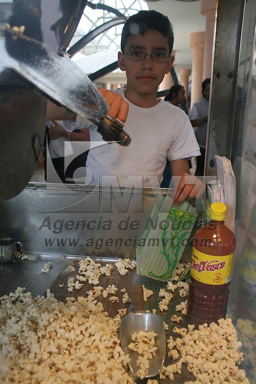 Toluca, México.-  Por más de cuatro generaciones la familia Fernández se ha dedicado a la venta de palomitas de maíz en la Concha Acustica, Ernesto Fernández inicio esta tradición en 1946, a la fecha tienen un horario de 8 de la mañana  a 9 de la noche   y venden alrededor de 20 kilos de maíz palomero. Agencia MVT / José Hernández