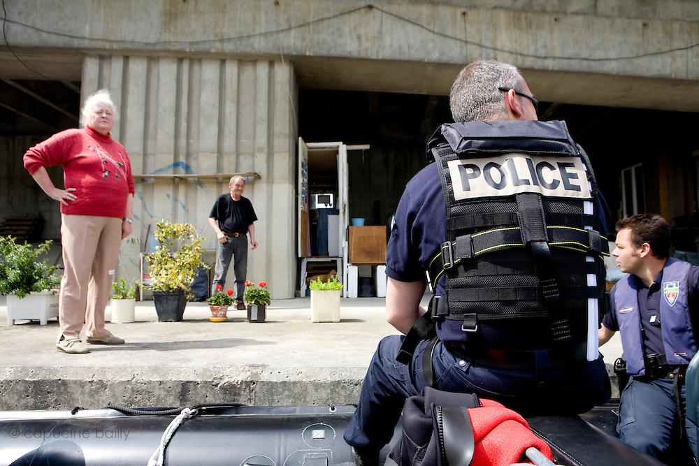 Paris, France. 7 Mai 2009..Brigade Fluviale de Paris..14h55 En ronde de surveillance sur la Seine...Paris, France. May 7th 2009..Paris fluvial squad..2:55 pm Watching patrol on the Seine...
