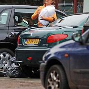 NLD/Laren/20060106 - Coco de Meyere bij haar auto in Laren