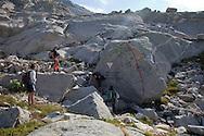 escursionisti lungo il sentiero al passo del Forno.