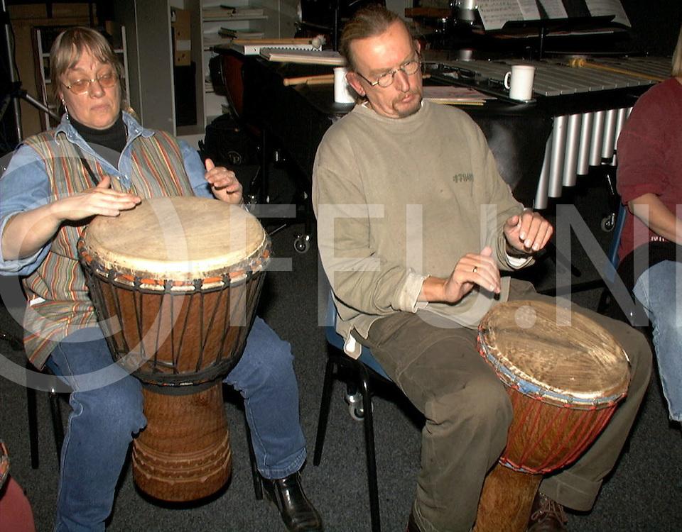 Fotografie Frank Uijlenbroek©1999/michiel van de velde.991014 hardenberg ned.afrikaanse drumcursus bij erik.onder leiding van marit entrop niet op de foto.drumden ze er vrolijk op los