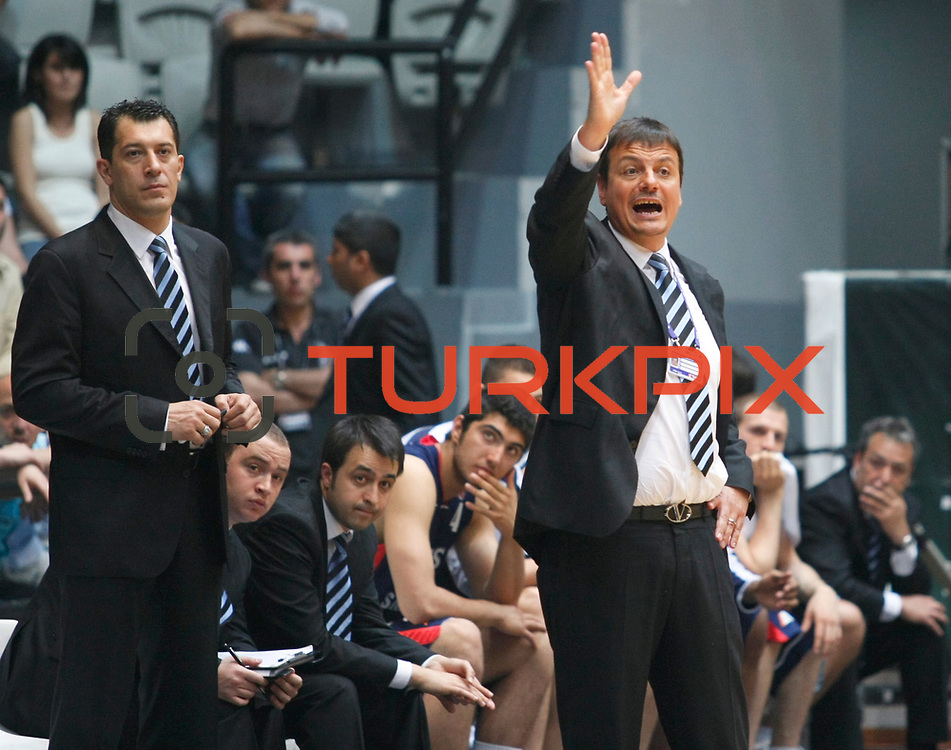 Efes Pilsen's coach Ergin ATAMAN (R) during their Turkish Basketball league Play Off semi final second leg match Besiktas between Efes Pilsen at the BJK Akatlar Arena in Istanbul Turkey on Wednesday 12 May 2010. Photo by Aykut AKICI/TURKPIX