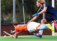 AMSTELVEEN - HOCKEY - Bloemendaal speler Roel Bovendeert weet niet te scoren tijdens de eerste competitiewedstrijd van het nieuwe seizoen tussen de mannen van Pinoke en Bloemendaal 0-4). trechts Pieter Sutorius van Pinoke. COPYRIGHT KOEN SUYK