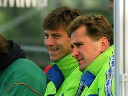 October 17, 1993 - SVERIGE - 931017 Fotboll,  Vasalund - Ope IF:  Kjell Jonevret och Erik HamrŽn, TrŠnare, Vasalund..© Bildbyran - 17170 (Credit Image: © Bildbyran via ZUMA Wire)