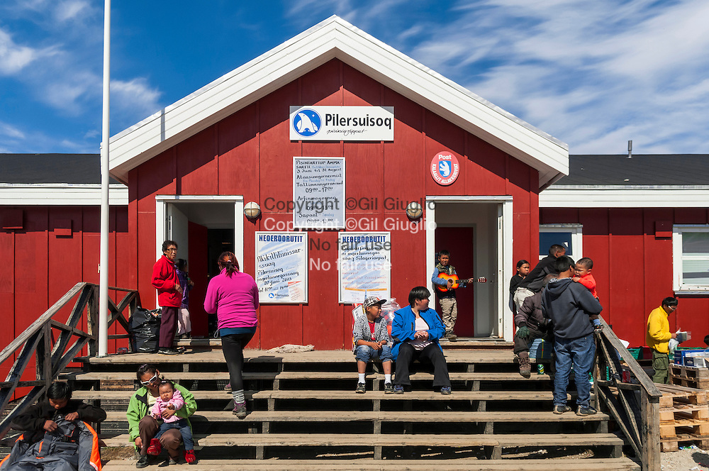 Groenland, Sermersooq, jour de livraison devant épicerie village de Kuummiut // Greenland, Sermersooq, minimarket in Kuummiut village