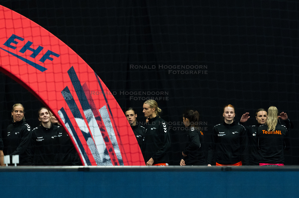 Team Netherlands waiting for the Women's EHF Euro 2020 match between Croatia and Netherlands at Sydbank Arena on december 06, 2020 in Kolding, Denmark (Photo by RHF Agency/Ronald Hoogendoorn)