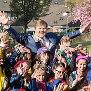 NLD/Twello/20180420 - Koning opent de koningsspelen 2018, Koning Willem Alexander met kinderen