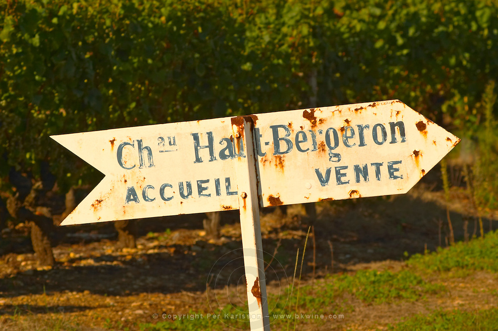 A sign saying Accueil Ventes (reception sales) pointing to the shop. Old and rusty. - Chateau Haut Bergeron, Sauternes, Bordeaux