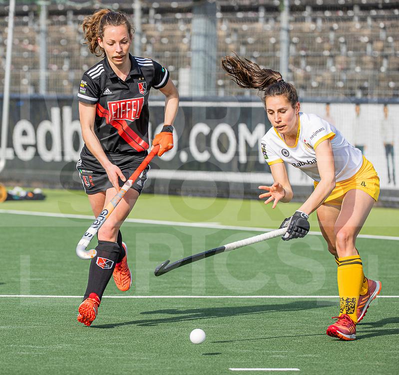 AMSTELVEEN - Charlotte Adegeest (Adam) met Pleun van der Plas (DenBosch)  tijdens  de hoofdklasse hockey competitiewedstrijd dames, Amsterdam-Den Bosch (0-1)  COPYRIGHT WORLDSPORTPICS KOEN SUYK