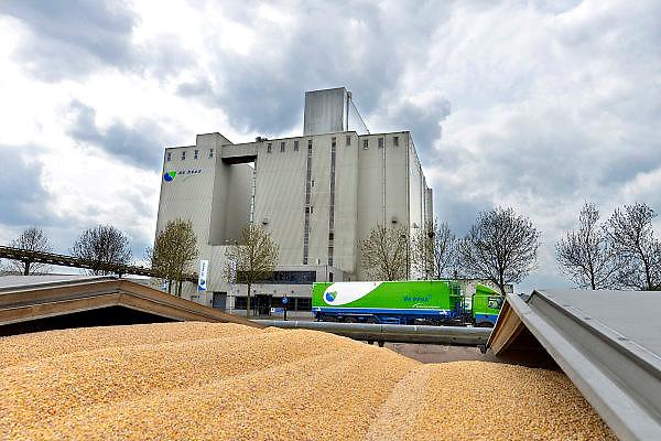 Nederland, Veghel, 29-4-2015Een vestiging van de Heus diervoeders. Een schip met mais ligt klaar om gelost te worden.FOTO: FLIP FRANSSEN/ HOLLANDSE HOOGTE