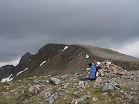 """""""The classic way"""" to Ben Nevis....""""The classic way"""" i fjellområdet rundt Ben Nevis. Toppene har, i oversatt versjon, navn som """"den store røde toppen"""", """"den miderste røde toppen"""", """"den lille røde toppen"""" og """"den store toppen"""". Ben Nevis var unntaket i så måte, det skulle jo forøvrig bare mangle siden den jo tross alt er Storbritannias høyeste topp (1344 moh). ......Originale navn på toppene i """"the classic way"""": Carn Beag Dearg, Carn Dearg Meadhonach, Carn Mor Dearg, Ben Nevis og Carn Dearg..A Munro is a mountain in Scotland with a height over 3,000 ft (914.4 m). Some hillwalkers climb Munros with an eye to climbing every single one, a practice known as """"Munro bagging"""""""