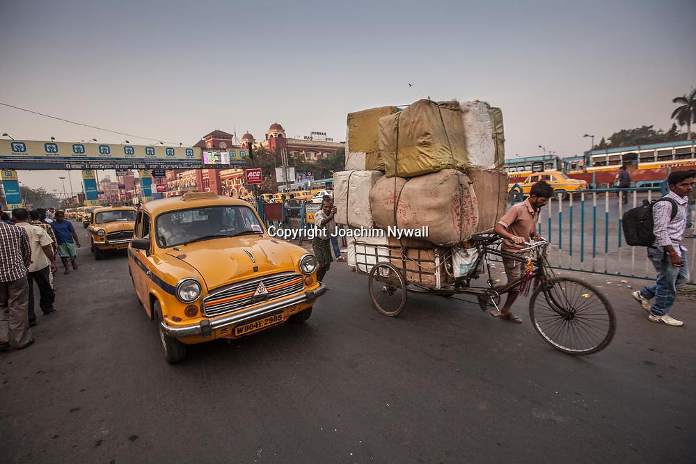 2014 11 13 Kolkata West Bengalen Indien<br /> Gatuliv utanför Howrah järnvägsstation<br /> Marknad matförsöljning the försäljare<br /> ----<br /> FOTO : JOACHIM NYWALL KOD 0708840825_1<br /> COPYRIGHT JOACHIM NYWALL<br /> <br /> ***BETALBILD***<br /> Redovisas till <br /> NYWALL MEDIA AB<br /> Strandgatan 30<br /> 461 31 Trollhättan<br /> Prislista enl BLF , om inget annat avtalas.