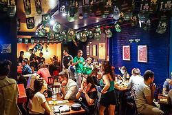 Amigos comemoram o St Patrick's Day 2017, no bar Margot, da Cidade Baixa. Foto: Jefferson Bernardes/ Agência Preview