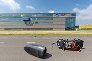 Op een weg in Delft worden de eerste meters afgelegd met de nieuwe recordfiets, de VeloX 8. In september wil het Human Power Team Delft en Amsterdam, dat bestaat uit studenten van de TU Delft en de VU Amsterdam, tijdens de World Human Powered Speed Challenge in Nevada een poging doen het wereldrecord snelfietsen voor vrouwen te verbreken met de VeloX 8, een gestroomlijnde ligfiets. Het record is met 121,81 km/h sinds 2010 in handen van de Francaise Barbara Buatois. De Canadees Todd Reichert is de snelste man met 144,17 km/h sinds 2016.<br /> <br /> At a road in Delft the team tests the VeloX 8 for the first time. With the VeloX 8, a special recumbent bike, the Human Power Team Delft and Amsterdam, consisting of students of the TU Delft and the VU Amsterdam, also wants to set a new woman's world record cycling in September at the World Human Powered Speed Challenge in Nevada. The current speed record is 121,81 km/h, set in 2010 by Barbara Buatois. The fastest man is Todd Reichert with 144,17 km/h.