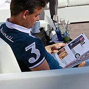 NLD/Rijswijk/20110601 - Uitreiking Talkies Terras Award 2011, Wilfred Genee leest de nieuwste Talkies editie