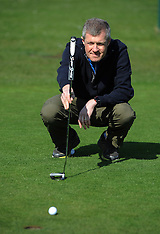 Willie Rennie relaxes with some golf, Cluny, 10 April 2016