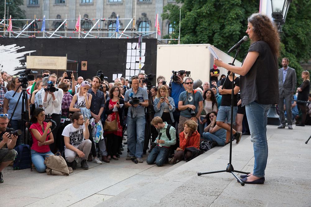 """Unblutiges Ender der Aktion """"Fluechtlinge fressen"""" der Aktionskuenstler des Zentrum fuer Politische Schoenheit. Die syrische Schauspielerin May Skaf, die angekündigt hatte, sich aus Protest gegen die Flüchtlingspolitik der Bundesregierung von lebenden Tigern fressen zu lassen sagte die Aktion in einer dramatischen Rede ab. <br /> <br /> [© Christian Mang - Veroeffentlichung nur gg. Honorar (zzgl. MwSt.), Urhebervermerk und Beleg. Nur für redaktionelle Nutzung - Publication only with licence fee payment, copyright notice and voucher copy. For editorial use only - No model release. No property release. Kontakt: mail@christianmang.com.]"""
