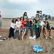 Nederland Rotterdam 19 april 2009 20090419 Foto: David Rozing ..Jongeren  chillen op strandje Nesselande.Youth chilling on local beach in suburb of Rotterdam, youth culture, streetculture..Foto: David Rozing