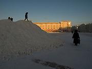 Kinder spielen auf einem Schneeberg an einem Platz im Zentrum von Jakutsk. Jakutsk hat 236.000 Einwohner (2005) und ist Hauptstadt der Teilrepublik Sacha (auch Jakutien genannt) im Foederationskreis Russisch-Fernost und liegt am Fluss Lena. Jakutsk ist im Winter eine der kaeltesten Grossstaedte weltweit mit durchschnittlichen Winter Temperaturen von -40.9 Grad Celsius. Die Stadt ist nicht weit entfernt von Oimjakon, dem Kaeltepol der bewohnten Gebiete der Erde.<br /> <br /> Children playing on a mountain of snow at a square in the city center of Yakutsk. Yakutsk is a city in the Russian Far East, located about 4 degrees (450 km) below the Arctic Circle. It is the capital of the Sakha (Yakutia) Republic (formerly the Yakut Autonomous Soviet Socialist Republic), Russia and a major port on the Lena River. Yakutsk is one of the coldest cities on earth, with winter temperatures averaging -40.9 degrees Celsius.