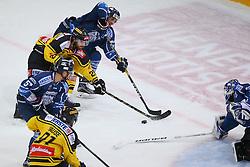 14.10.2016, Albert Schultz Halle, Wien, AUT, EBEL, UPC Vienna Capitals vs Fehervar AV 19, 13. Runde, im Bild Taylor Vause (UPC Vienna Capitals), Attila Orban (Fehervar AV 19), Andreas Noedl (UPC Vienna Capitals), Istvan Sofron (Fehervar AV 19) und Miklos Rajna (Fehervar AV 19) // during the Erste Bank Icehockey League 13th Round match between UPC Vienna Capitals and Fehervar AV 19 at the Albert Schultz Ice Arena, Vienna, Austria on 2016/10/14. EXPA Pictures © 2016, PhotoCredit: EXPA/ Thomas Haumer