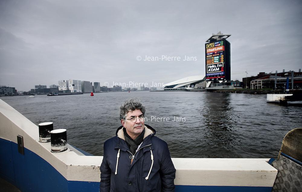 Nederland, Amsterdam , 30 oktober 2014.<br /> Sander Hartog (Amsterdam, 1956) is docent en schrijver. Daarnaast heeft hij gewerkt als journalist bij diverse tijdschriften en televisieprogramma's en was hijdirecteur van een communicatiebureau. Met zijn broer vormt hij het succesvolle kinderboekenschrijversduo Hartog & Hartog.<br /> Foto:Jean-Pierre Jans