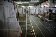 Onagawa - Centre de réfugiés Undôjô sôgô taikukan - Juin 2011<br /> Le volume des salles étant conséquent, la plupart des espaces sont cloisonnés par des voiles posés sur de structures tubulaires en carton. Les boites de rangement pleines du peu dont les gens disposent encore, sempilent sur autour des futons. Certains ont réussis à retrouver quelques biens, un réveil, un bibelot ou par chance des vêtements. D'autres n'ont plus rien ou seulement ce qui a pu leur être donné.