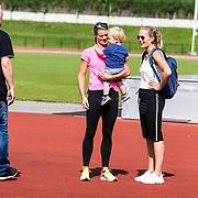 NLD/Utrecht/20160903 - Daphne Schippers geeft een clinic bij haar oude club, Daphne met neefje Julian en zus Sanne