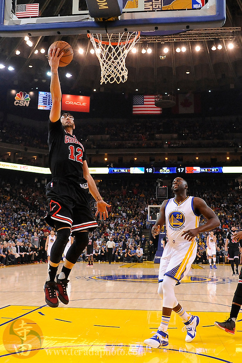 November 20, 2015; Oakland, CA, USA; Chicago Bulls guard Kirk Hinrich (12) shoots a layup during the first quarter against the Golden State Warriors at Oracle Arena. The Warriors defeated the Bulls 106-94.