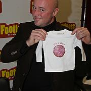 NLD/Amsterdam/20081201 - 1e Repetitiedag musical Footloose, Jeroen Phaff met kado voor zijn pasgeboren dochter