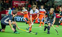 ANTWERPEN - Sander de Wijn (Ned) met Malte Hellwig (Ger)  en links Timm Herzbruch (Ger)     tijdens hockeywedstrijd  mannen ,Nederland-Duitsland (3-2) ,   bij het Europees kampioenschap hockey.   COPYRIGHT KOEN SUYK