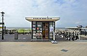 Nederland, Scheveningen, 16-9-2012Op de boulevard langs de zee, strand, staat een kiosk met christelijke, religieuze literatuur. De bijbel, het woord van God.Foto: Flip Franssen