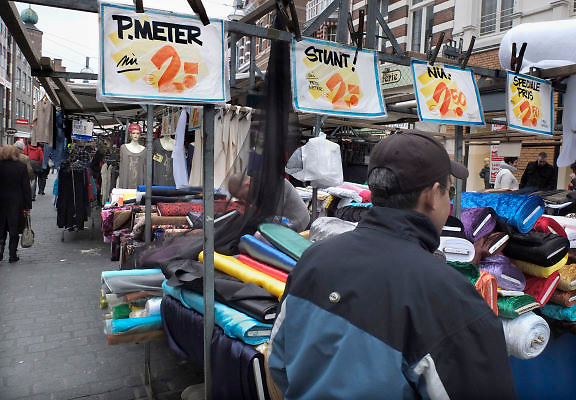 Nederland, Nijmegen, 7-3-2012Prijsbordjes op marktkraam met stoffen. Foto: Flip Franssen/Hollandse Hoogte