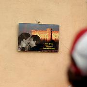 ITA/Bracchiano/20061118 - Huwelijk Tom Cruise en Katie Holmes, overal hangen gelukwensen van de bewoners