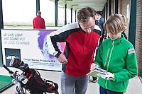 GOUDA - GOLFBAAN IJSSELWEIDE , kennismaken met golf tijdens Open Golfdag, jeugdspelers hebben een golfrapport. COPYRIGHT KOEN SUYK