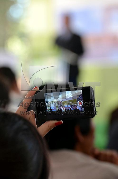 El Oro, México.- Eruviel Ávila Villegas, gobernador del Estadode México durante la entrega de diversas obras en Pueblo Mágico de El Oro, donde se invirtieron más de 50 millones de pesos, recursos provenientes de los tres órdenes de gobierno, el Centro al Aire Libre en el Entorno Cultural Tiro Norte, rehabilitación de calles y cableado subterráneo, reparación y ampliación de redes de drenaje. Agencia MVT / José hernández