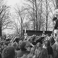 Findige Werber. Auf der Westseite der Glienicker Brücke recken sich unzählige, auch Kinderhände nach Probepackungen einer Zigarettenmarke. Schlangestehen gehörte in der DDR zu den wichtigen sozialen Kompetenzen.