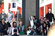 Koning Willem-Alexander en koningin Maxima verwelkomen de Argentijnse president Mauricio Macri en zijn vrouw Juliana Awada op de Dam aan het begin van hun tweedaagse staatsbezoek aan Nederland . <br /> <br /> King Willem-Alexander and Queen Maxima welcome Argentine president Mauricio Macri and his wife Juliana Awada on Dam at the beginning of their two-day state visit to the Netherlands.<br /> <br /> Op de foto / On the photo:  Protest tegen de president / Protest Against President