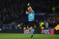 09.04.2019, White Hart Lane, London, ENG, UEFA CL, Tottenham Hotspur vs Manchester City, Viertelfinale, Hinspiel, im Bild Referee Bjorn Kuipers awards a penalty for handball after consulting VAR // Referee Bjorn Kuipers awards a penalty for handball after consulting VAR during the UEFA Champions League quarterfinals, 1st leg match between Tottenham Hotspur and Manchester City at the White Hart Lane in London, England on 2019/04/09. EXPA Pictures © 2019, PhotoCredit: EXPA/ Focus Images/ Martyn Haworth<br /> <br /> *****ATTENTION - for AUT, GER, FRA, ITA, SUI, POL, CRO, SLO only*****