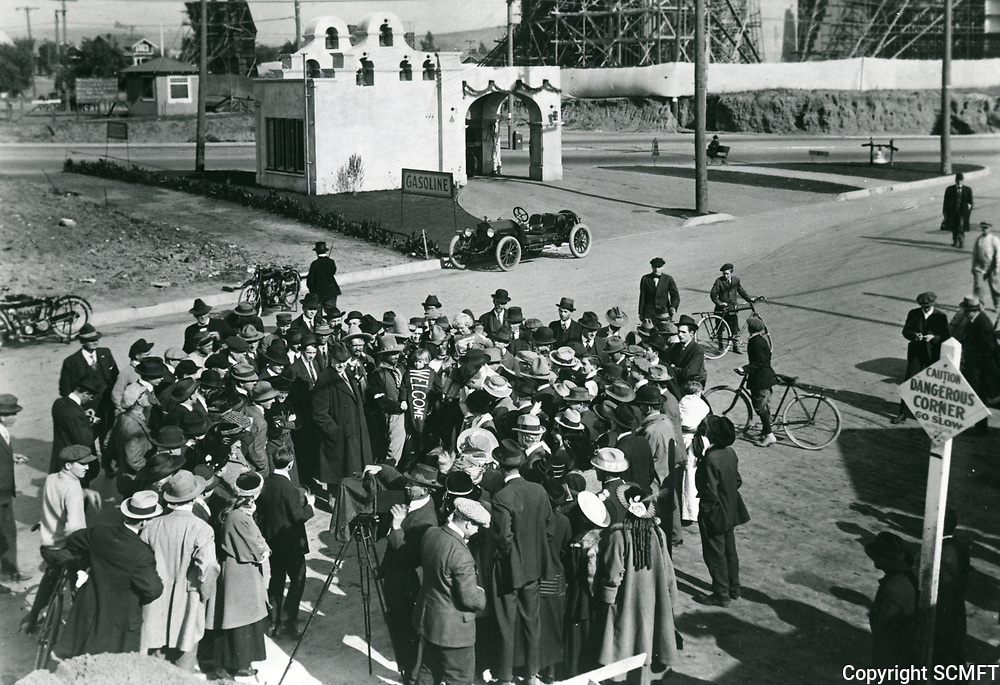 1917 Crowd gathers in front of Fine Arts Studios