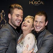 NLD/Utrecht/20150107 - Inloop Musical Awards Gala 2015, Jim Bakkum en Guido Spek knuffelen Vera Mann