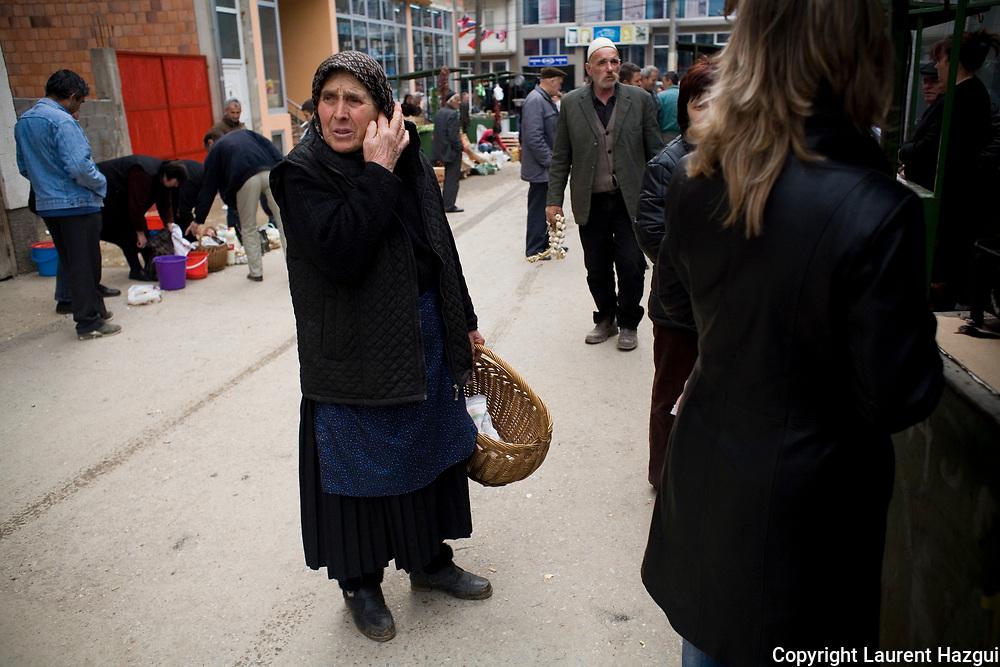 28022008. Gjilane. Deux fois par semaine, les Serbes des villages avoisinants ont leur marché au centre de la ville. Ils viennent acheter et vendre, acheminés en bus spéciaux. La communauté albanaise vient aussi faire ses affaires. L'ambiance est calme.