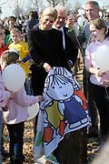 Prinses Máxima bij Nationale Viering van de 55ste Boomfeestdag in Oeffelt. Princess Maxima at the National Celebration of the 55th Boomfeestdag ( plant a tree day )in Oeffelt.<br /> <br /> Op de foto / On the photo:  Prinses Maxima onthult een herinneringsplaquette en worden er 1400 witte ballonnen los gelaten voor de slachtoffers van het busongeluk in Zwitserland ///// Princess Maxima unveiled a commemorative plaque and were 1400 white balloons are released for the victims of bus accident in Switzerland