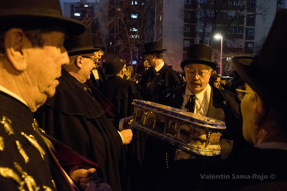 Madrid, Spain. 14th February, 2018. Members of the brotherhood 'La alegre cofradia del entierro de la sardina' carrying the coffin of the sardine during the parade of the Burial of the Sardine. © Valentin Sama-Rojo