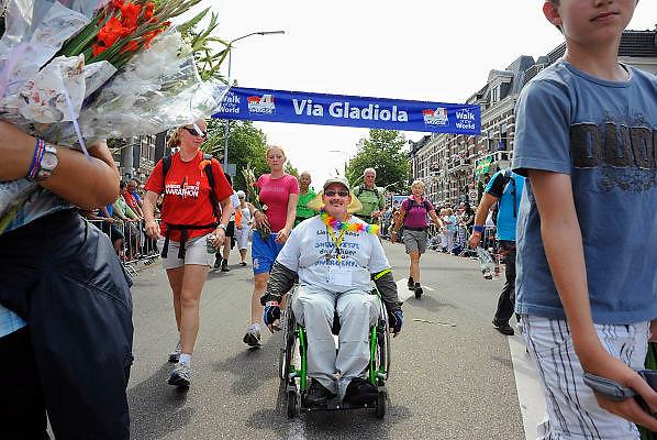 Nederland, Nijmegen, 23-7-2010Het vierdaagselegioen loopt over de Via Gladiola Nijmegen binnen. Na een feestelijke intocht volgt de uiteindelijke finish en het ophalen van het kruisje, vierdaagsekruisje, op de Wedren. Ook deelnemers in een rolstoel mogen meedoen.Foto: Flip Franssen