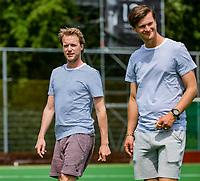ALPHEN AAN DEN RHIJN -  coach Robbert Groeneveld met assistent, tijdens de competitiewedstrijd HC Alphen-Athena (2-1). Alphen is kampioen in de tweede klasse. De wedstrijd stond ook in het teken van nr. 12, het shirtnummer van de vorig jaar verongelukte speler van H I, Floris Wever.    COPYRIGHT KOEN SUYK