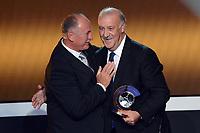 Zuerich, 7.1.2013, FIFA Ballon d'Or 2012, Vicente Del Bosque mit dem FIFA Balllon d`or fuer den Trainer des Jahres uebergeben von Felipe Scolari  (Melanie Duchene/EQ Images)