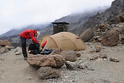 21-10-2008 REPORTAGE: KILIMANJARO CHALLENGE 2008: TANZANIA <br /> Karanga Valley Camp (4020 mtr) naar Barafu Camp (4600 mtr). De Kilimanjaro Challenge van de BvdGf.<br /> ©2008-FotoHoogendoorn.nl