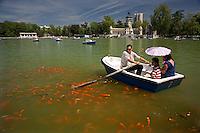 26/Abril/2008 Madrid<br /> Barcas de turistas en el estanque del Parque del Retiro.<br /> <br /> ©JOAN COSTA