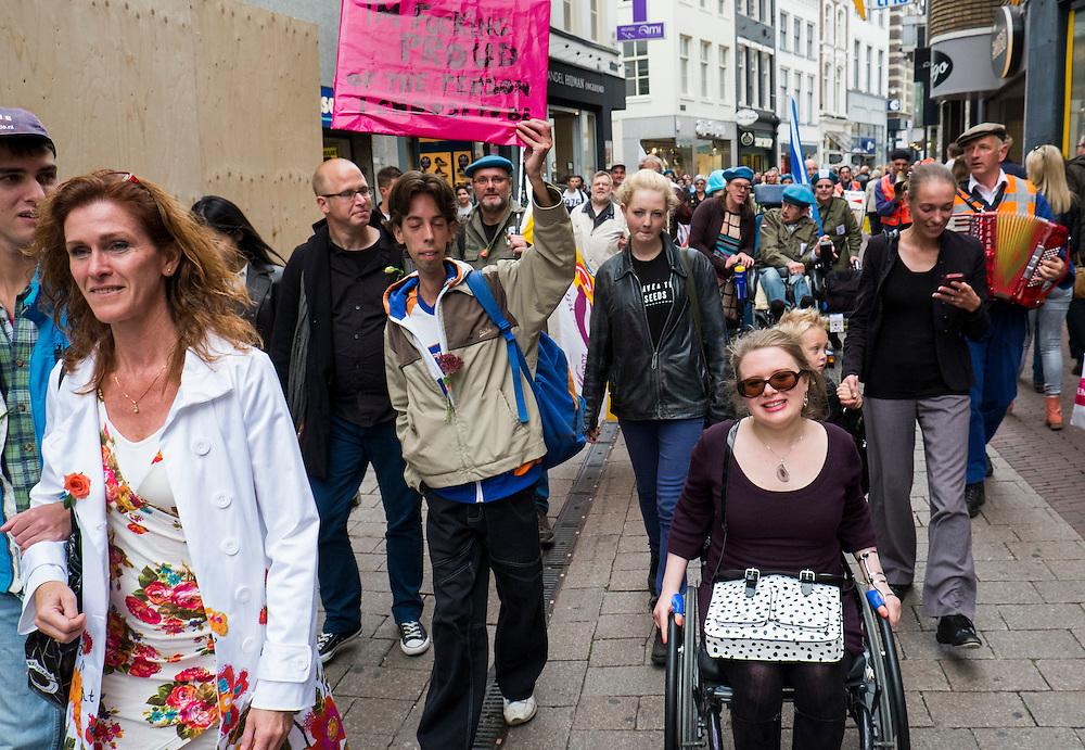 Nederland, Arnhem, 6 okt 2013<br /> De eerste Disability Pride in Nederland werd vandaag in Arnhem gehouden. Een groep van enige tientallen gehandicapten trok door de stad. Doel van deze pride is dat het probleem van de toegankelijkheid weer op de agenda komt bij gemeenten. Toegankelijkheid voor gehandicapten gaat een hoop geld kosten, daarom zetten weinig partijen zich hiervoor in. <br /> Foto(c): Michiel Wijnbergh
