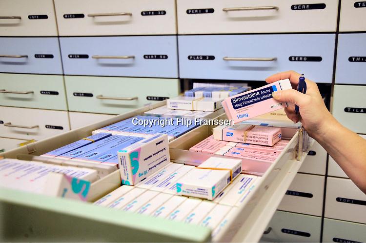 Nederland, Nijmegen, 25-11-2017Geneesmiddelen, medicijnen in een apotheek. Simvastatine is een cholesterolsyntheseremmer uit de familie van de statines. Simvastatine zorgt voor een verlaging van de bloed LDL-cholesterolniveaus.FOTO: FLIP FRANSSEN
